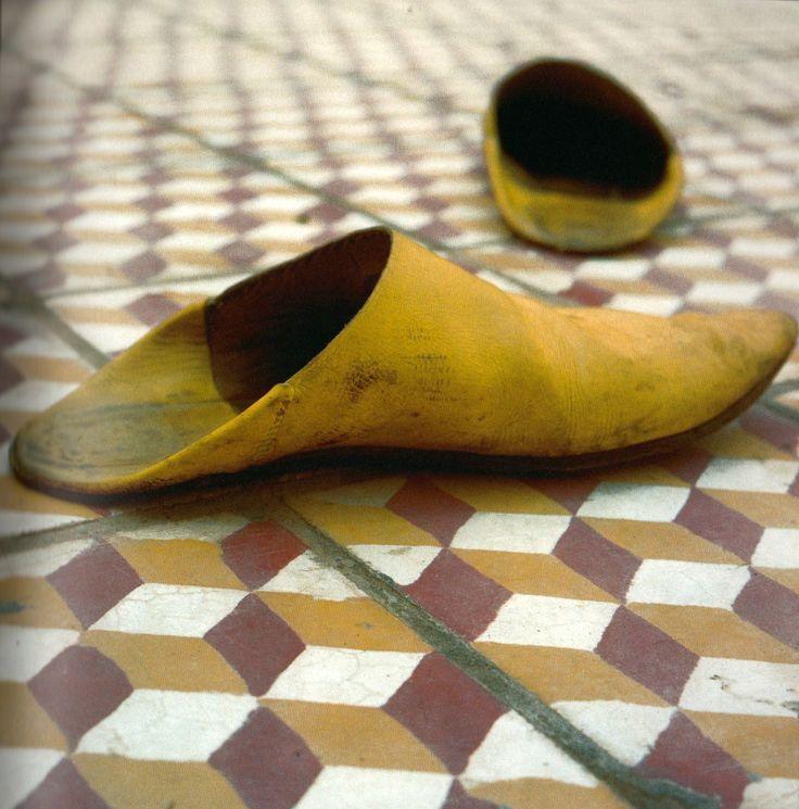 chaussures, babouches, cuir, jaune. Malik Nejmi, el Maghreb : images d'un retour au pays, Oe editions, 2001.