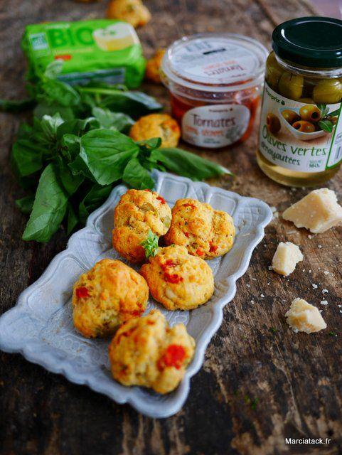 Sablés parmesans, olives vertes et tomates séchés, avec un peu de basilic frais : un must pour les apéros d'été !