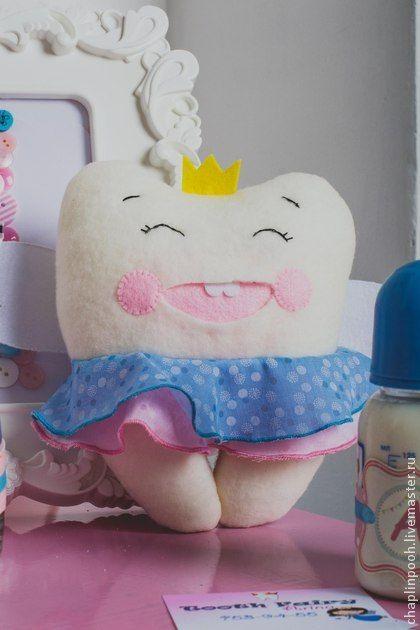 Игрушка `Зубная фея`. Добрая и милая Зубная фея, в форме зубика. С ней можно играть или подвесить ее в детской комнате. Так же игрушку можно использовать в качестве реквизита для фотосессии 'Первый…