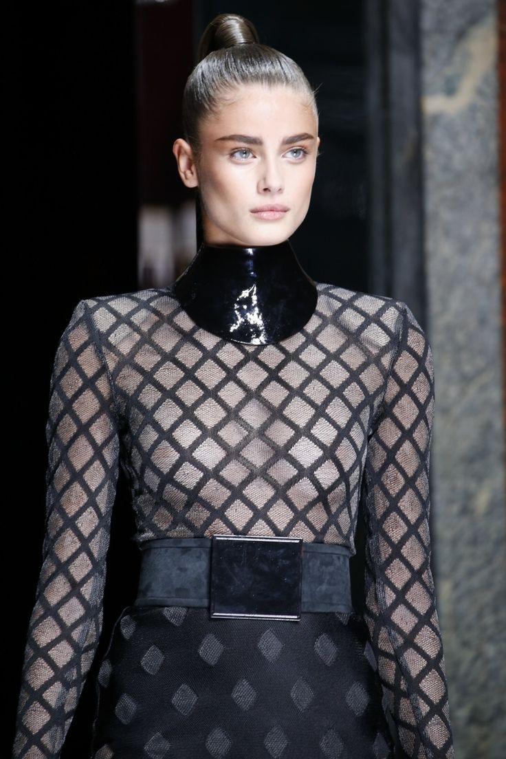 Τα νέα μοντέλα όμως της Victoria's Secret αποφασίζουν να εκμεταλλευτούν τα λεπτά δημοσιότητάς τους με τον δικό τους, προσωπικό τρόπο, γιατί ποιος μπορεί άλλωστε να πει όχι σε κορυφαίους σχεδιαστές! Δεν περιόρισαν καθόλου τις εμφανίσεις στις fashion weeksτων προηγούμενων εβδομάδων, αντίθετα εντυπωσίασαν με την παρουσία τους στα shows των Balmain, Versace, Jeremy Scott.. http://pressmedoll.gr/i-nei-angeli-tis-victorias-secret-sta-catwalks/#sthash.tyyePoI3.dpuf