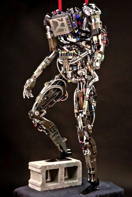 Après le robot-chien «BIGDOG«, la firme de robotique Boston Dynamics dévoile PETMAN, son stupéfiant robot humanoïde bipède. Loin derrière les capacités du T-1000 issu du film Terminator 2, PETMAN peut réaliser différents mouvements et tenir en équilibre seul même si on le pousse. Ce robot anthropomorphe peut marcher plus ou moins vite, s'accroupir, ramper et …