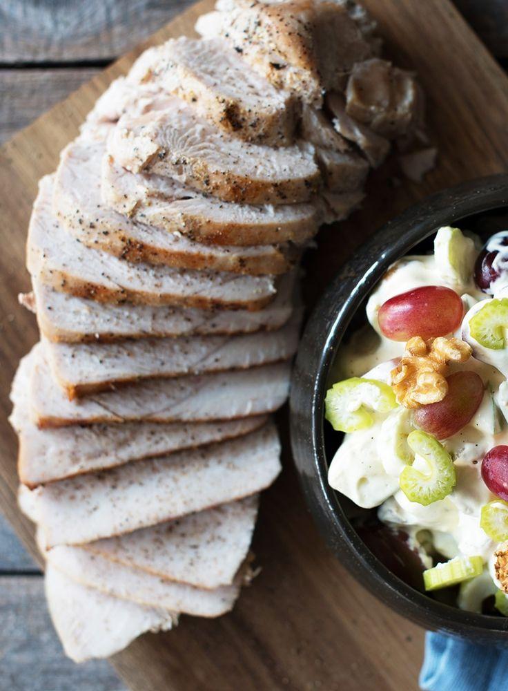 Kalkunfilet er magert kjøtt som er enkelt å tilberede og servere. Oppskrift på saftig kalkunfilet med Waldorfsalat og sjysaus.