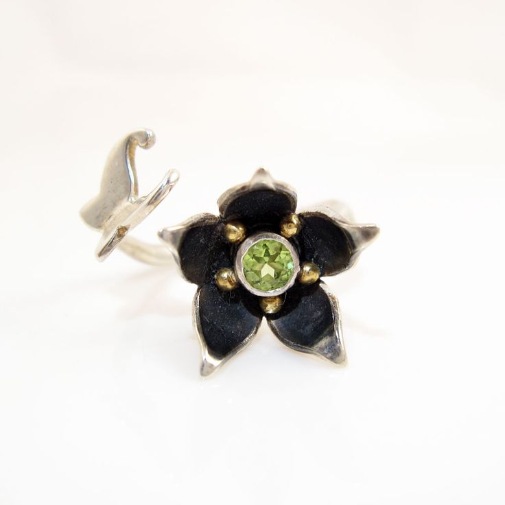 Lovely butterfly and flower ring, and it's even on sale with 60% discount! Before 2900 kr.