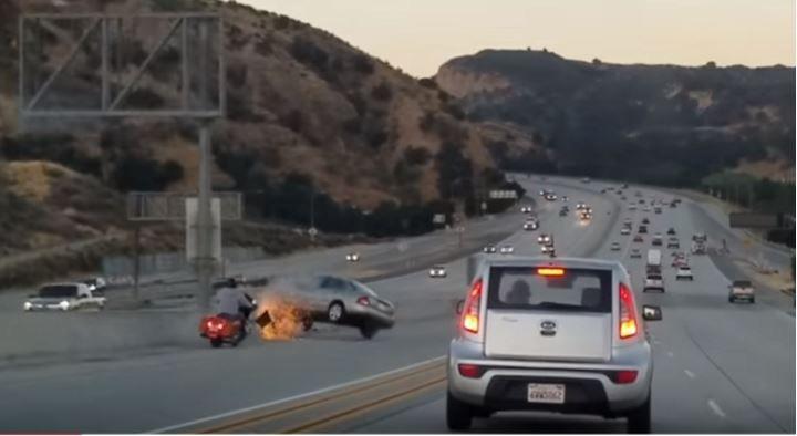 (adsbygoogle = window.adsbygoogle || []).push();   Un motociclista alfa con pierna de acero destruyó varios autos de manera muy aparatosa con una sola patada en una autopista. El video de furia en el camino fue captado en una carretera en Estados Unidos y se volvió viral.   La...