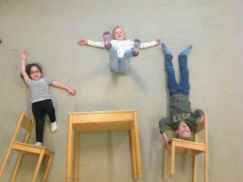 Kreativ mit Fotos mit Kindern. Schauen Sie sich die Höhe an und setzen Sie Buchstaben mit Kindern!