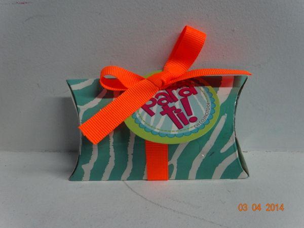 Caja de chocolates almohada de Animal Print y cinta neón. #ChocolatesPersonalizadosCali #ChocolatesParaRegalarMedellin
