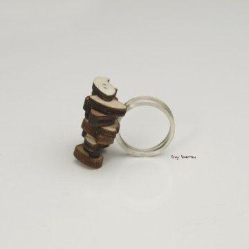 Elwy Schutten  Zilver met houten ring. Herhaling als stapeling maar ook als een verschuiving.