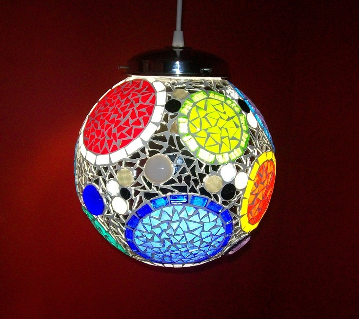 Bocha con círculos en vidrio y venecitas.  Encendida.