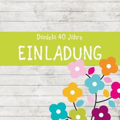 Trendy Geburtstagseinladung mit weißem Holzhintergrund und farbenfrohem Blumenmotiv.