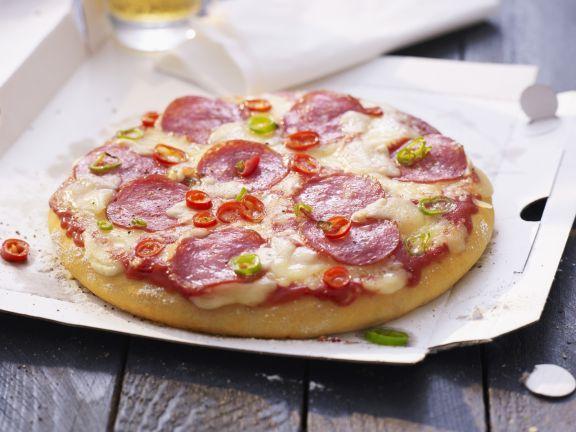Salami-Pizza mit Chiliringen ist ein Rezept mit frischen Zutaten aus der Kategorie Pizza. Probieren Sie dieses und weitere Rezepte von EAT SMARTER!