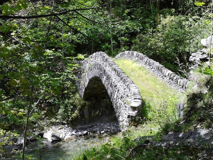 Pessa  (STROPPO) - una mulattiera scende ad un bellissimo ponte in pietra a schiena d'asino che attraversa il Maira.