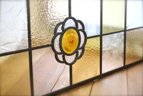 ご新居のリビングドアの上部明かり取りにご依頼いただきました。花模様のステンドグラス。ありがとうございました。