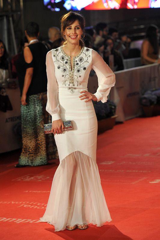 De blanco Natalia de Molina con un vestido de línea sirena bordado y con transparencias. Añade accesorios plateados.