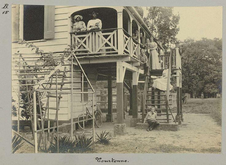 anoniem | Tourtonne, attributed to Hendrik Dooyer, 1906 - 1913 | Het huis bij de plantage Tourtonne. Op de trap en balkon staat een Europees gezin en enkele Surinaamse vrouwen. Onderdeel van het fotoalbum Souvenir de Voyage (deel 2), over het leven van de familie Dooyer in en rond de plantage Ma Retraite in Suriname in de jaren 1906-1913.