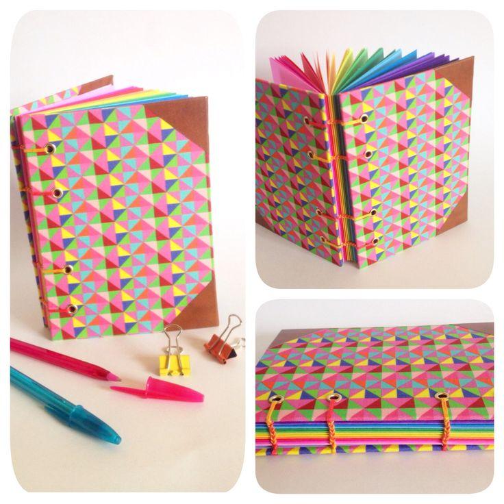 Caderno com costura copta em 2 cores (aparente). Acabamento em ilhós. Capa em tecido nacional, detalhe dos cantos em percalux. Miolo em papel 120g, com 12 cores (bloco cores), 48 folhas.