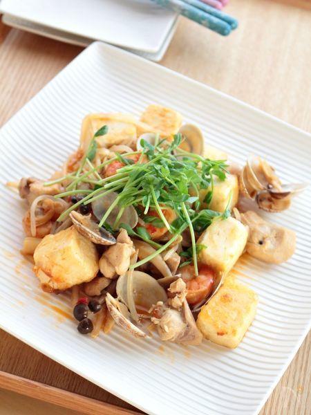 豆板醤とレモンで作るトムヤムクン風スープの具を使ったリメイク・アレンジ料理です。  豆腐ともやしでかさましして炒めました。フライパンで調理していますが、ホットプレートを使って豪快に炒めても!  おつまみやおかずの主菜・副菜として。    基本のレシピはこちら→https://oceans-nadia.com/user/11375/recipe/157234
