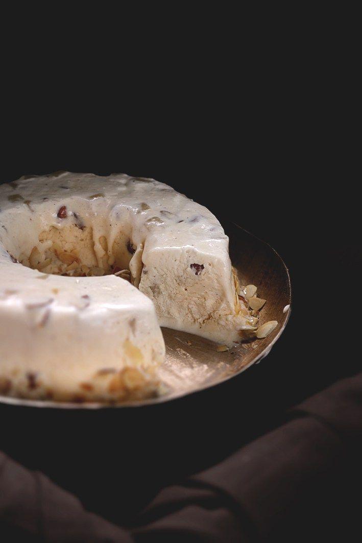 Amaretto-Marzipan-Semifreddo mit Mandeln/Amaretto Marzipan Semifreddo With Almonds