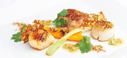 Delhaize - Noix de Saint-Jacques poêlées carottes confites, fruit de la passion, jus au curry