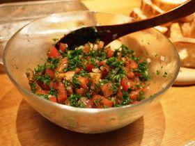 パセリが主役のタブーリ トマト大1個 玉ねぎ1/4個 パセリ 大枝5本 レモン汁一個分 オリーブオイル 大さじ1 塩小さじ1/8~1/4 胡椒少々 茹でたそばの実、キヌア等大さじ5程度