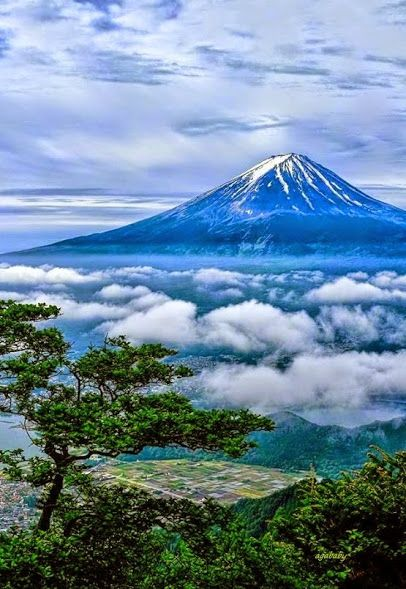 Mount Fuji Please your eyes with more amazing snapshots of Japan at http://japanesebookskeepmesparkling.tumblr.com/