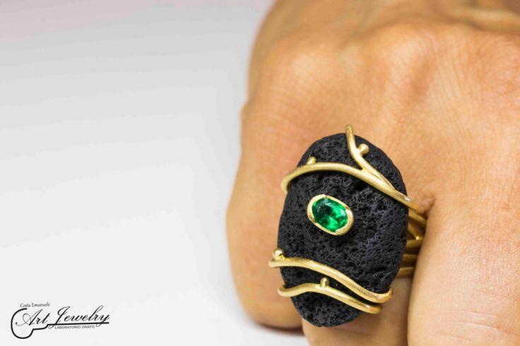 Anello con pietra lavica. Realizzato in oro giallo ed impreziosito da uno smeraldo naturale. #gold #ring #jewels #molten #emerald https://www.facebook.com/gioiellicosta https://instagram.com/costaemanuele_artjewelry/
