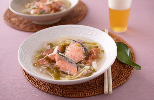 たっぷりのしょうがとセロリの香りが爽やか。ナンプラーで味つけして、エスニックな風味に仕上げた具だくさんスープです。食欲がないときもこれを食べれば元気が出ます!