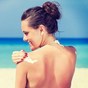 8 συνηθισμένα λάθη που κάνουμε όταν βάζουμε αντηλιακό.  #suncare #ηλιος #αντηλιακο #ομορφια #γυναικα #inaturalWoman