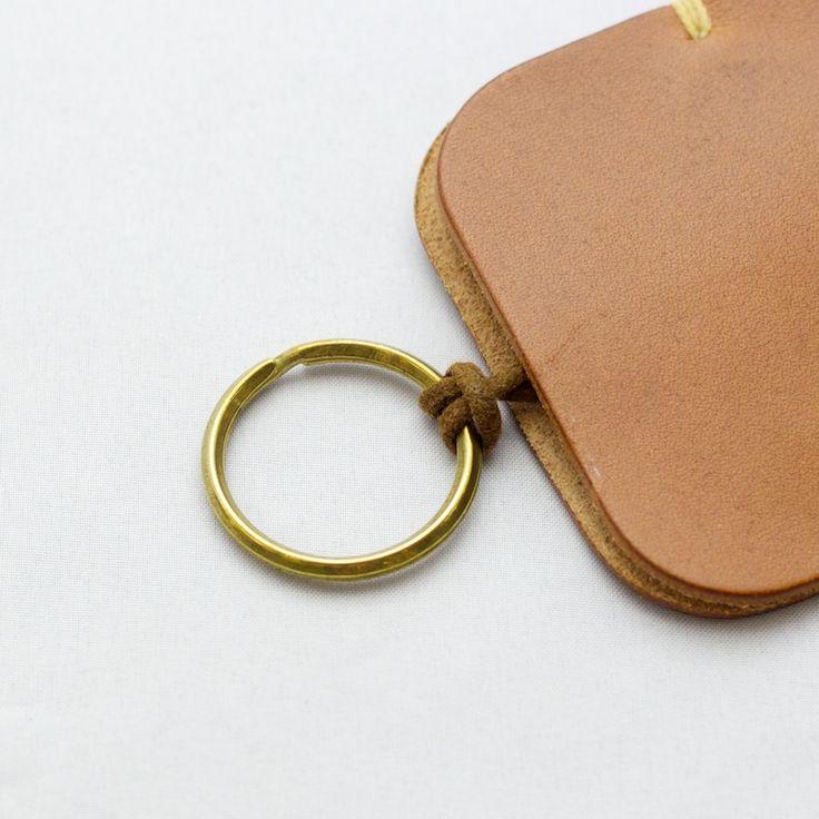 ナチュラルな質感の革を使った個性的なキーケース。ワックスコットンコードを絞ることで鍵を収納します。アクセントの手縫いのステッチは糸色をカスタマイズできます。5,000円以上のご購入で送料無料です。