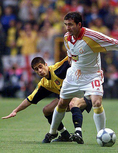 El jugador rumano del Galatasaray Gheorghe Hagi, derecha, protege el balón del brasileño del Arsenal FC Silvinho