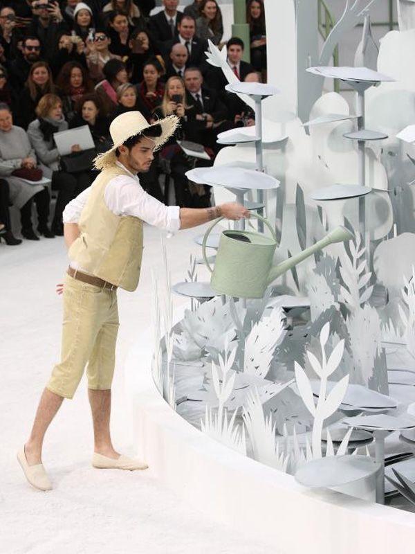 - Scenography of paper flowers - Chanel, collection Haute Couture printemps-été 2015
