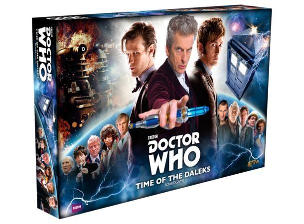 """Doctor Who Time of the Daleks Brettspill får du endelig mulighet til å være Doktoren, og reise gjennom tid og rom, møte allierte og oppleve eventyr! Alle spillerne velger hver sin Doktor, og prøver å hindre Dalek'enes mesterplan om å utrydde Doktoren fra historien. Har du det som trengs for å fylle en tidsherres sko? Bli med på et eventyr i tid og rom med et spill som er større på innsiden...""""Utrydd!"""" De ytret sitt skjulte hat, Oncoming Storm. Skaperen deres ..."""