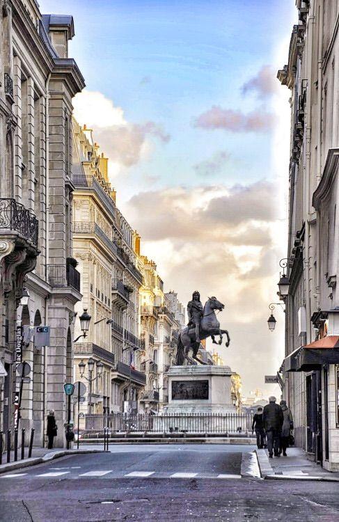Place des Victoires (Piazza delle Vittorie) è una piazza di Parigi situata al confine tra il I e il II arrondissement. La scenografica piazza venne creata per Luigi XIV dall'architetto Jules Hardouin-Mansart, con una pianta circolare, edifici uniformi stilisticamente e una statua del sovrano al centro, che si rapportava armonicamente con i palazzi attorno.