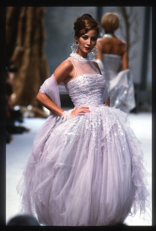 Christy Turlington en robe de mariée au défilé Chanel automne-hiver 1991-1992