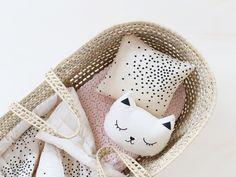 Couverture et mini coussin Confettis April Showers • Couverture tricot dentelle Rose in April • Coussin musical chat Zü • Photo by Audrey Jeanne pour Plumeti