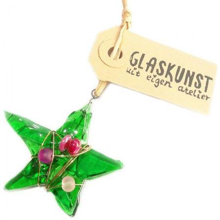 Groene glazen ster met versiering van koperdraad met paarse en roze kralen.