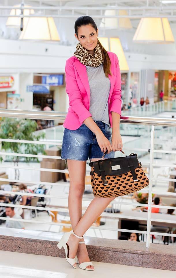 O mix de estampas no mesmo look que o rosa choque pode ser uma boa ideia, desde que existam peças neutras para equilibrar a produção. A dica é das produtoras de moda Juliana Cintra Mercadante e Andrea Gappmayer. #FashionSSJ #Looks
