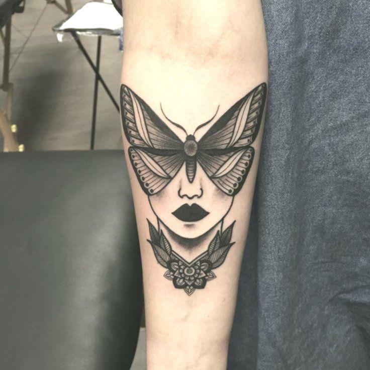 Ich Liebe Diese Idee Und Nicht Nur Das Typische Motten Tattoo Und Irgendwann We Motten Tattoo Tatowierungen Armtatowierung