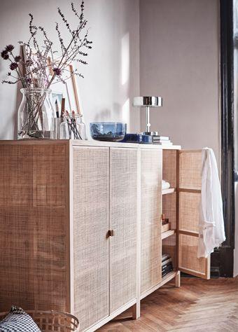 STOCKHOLM/ストックホルム 2017 コレクションのキャビネットはアッシュ無垢材製で、扉とサイドパネルは籐を編んでつくっています。天然素材は美しい経年変化が楽しめるので、長くご愛用いただけます。