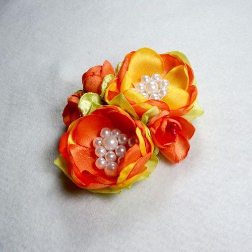 Bros Jilbab Cantik Shiren – Bros jilbab cantik shiren ini paduan dari bahan satin orange dan kuning dan dilengkapi dengan mutiara imitasi pilihan, sehingga terlihat fresh pada saat di pakai. Bros ini cocok untuk tua maupun muda dan juga dapat di pakai pada acara formal seperti acara pesta pernikahan dan acara lainnya.