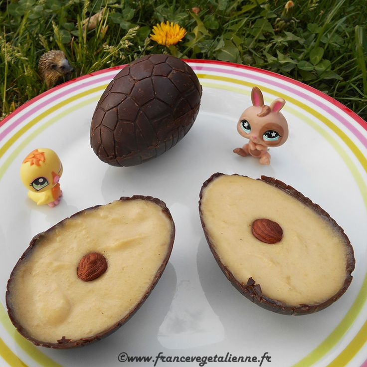 Des œufs de pâques en chocolat, maison et végans: une technique très  accessible et un rapport qualité-prix intéressant.  Pour confectionner les œufs, on a besoin d'un moule en silicone. On tapisse  les parois du moule d'une coque dure en chocolat, puis on la garnit d'un  mélange crémeux de son