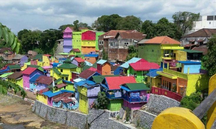 Warna-warni telah mengubah Kampung Jodipan di Kota Malang Jawa Timur menjadi tujuan wisata.