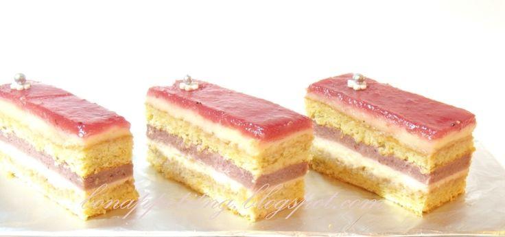 """""""opera"""" truskawkowa: biszkopt Joconde (z mielonych migdałów), krem kawowy, krem (curd) truskawkowy, marmolada truskawkowa"""