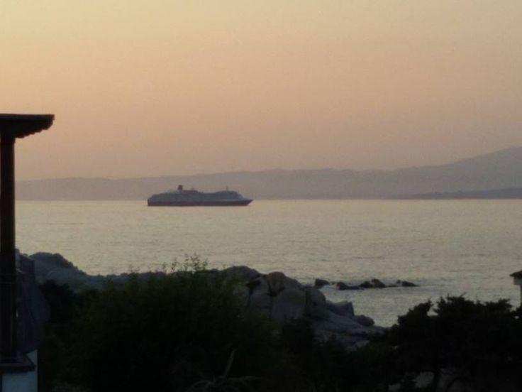 Il passaggio di una nave da crociera attraverso le Bocche di Bonifacio