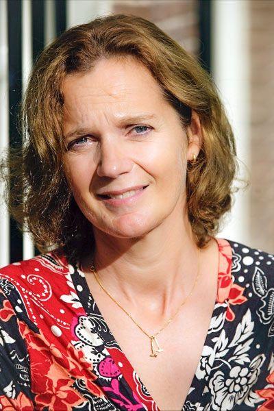 Pin 2:    Kristine Groenhart werd geboren in 1964 in Dordrecht. Later ging Kristine Nederlands studeren aan de universiteit van Amsterdam. Hierna werd ze lerares Nederlands op verschillende middelbare scholen. In 1998 verhuisde ze met haar man en kinderen naar Engeland. Daar kreeg ze een koffer vol met allemaal brieven en gedichten van haar oma. Nadat ze die allemaal had gelezen, ging ze boeken schrijven. Eerst schreef ze 4 boeken voor volwassenen, daarna schreef ze Mulberry House.