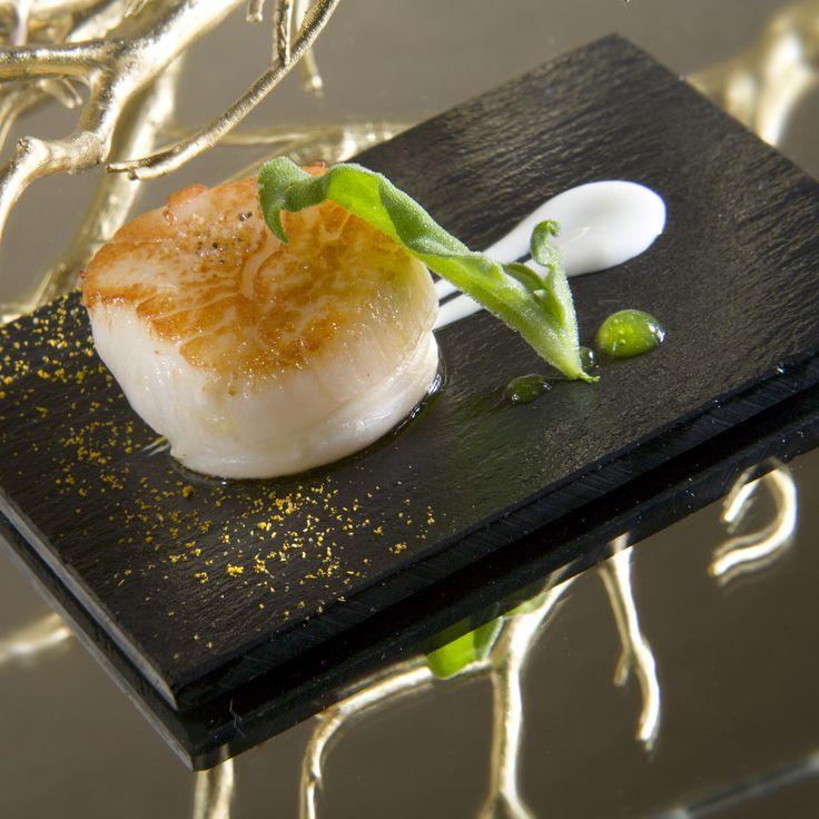 Si te gusta el marisco, las vieiras a la parrilla con verduras confitadas es una receta fácil de preparar.