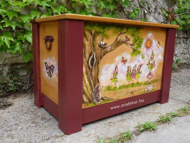 Nagyméretű tömörfenyő, manós-erdő állatai mintával festett, névre szóló játéktároló láda. Fotó azonosító: JATNAGYNOR01