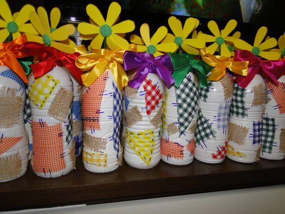Garrafas decoraradas enfeite mesa dos convidados para festa junina.