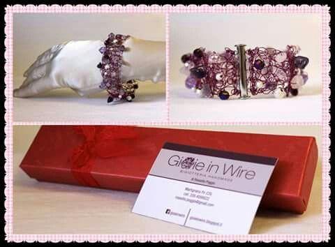 Gioie in Wire.  Bracciale lavorato con filo di rame color porpora,  ametista,  quarzo rosa e perle di vetro
