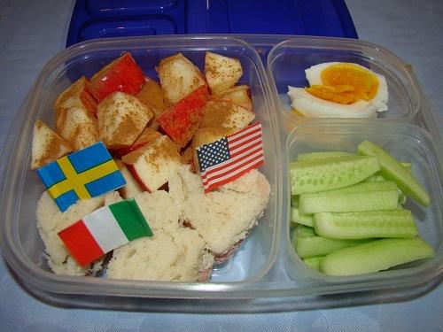 Mini sandwich-uri in forma de inimioara (paine alba, unt, sunca de curcan), cubulete de mar pudrate cu scortisoara, ou fiert, castravete.