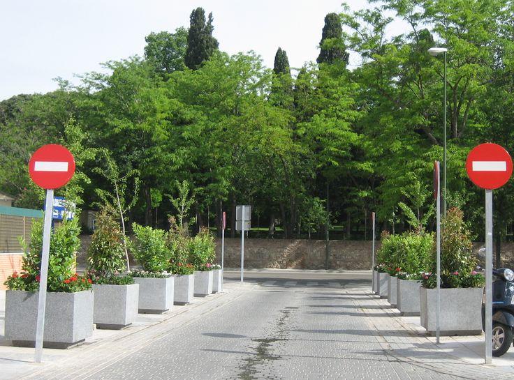 Pasillo de #jardineras para que no aparquen los coches a la entrada de la urbanización #jardineras #mobiliariourbano #maceteros http://www.jardineraslosada.net